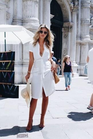 Comment porter: robe chemise blanche, sandales à talons en cuir marron clair, sac bandoulière de paille marron clair, chapeau de paille beige