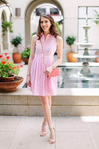 Comment porter des sandales à talons en cuir beiges: Pour créer une tenue idéale pour un déjeuner entre amis le week-end, pense à porter une robe chemise rose. Assortis ce look avec une paire de des sandales à talons en cuir beiges.