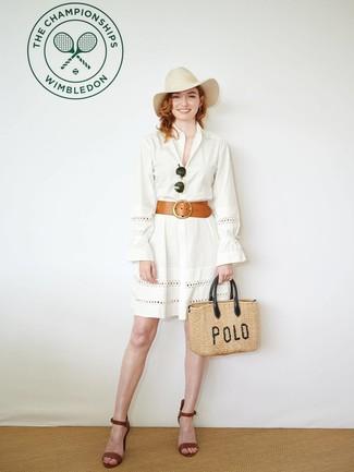 Comment porter: robe chemise en broderie anglaise blanche, sandales à talons en cuir marron, sac fourre-tout de paille marron clair, chapeau en laine beige