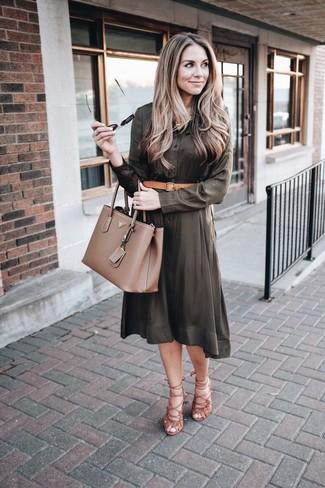 Comment porter: robe chemise olive, sandales spartiates en daim marron, sac fourre-tout en cuir marron, ceinture en cuir marron clair