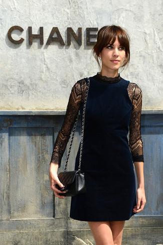 Robe de cocktail en velours bleu marine sac bandouliere en cuir matelasse noir large 2539