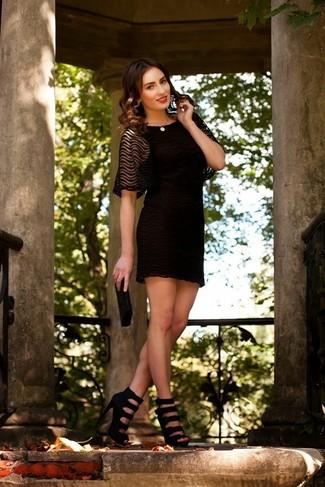 Comment porter: robe de cocktail en dentelle noire, sandales à talons en cuir noires, pochette ornée de perles noire, collier de perles beige