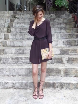 Comment porter: robe de cocktail pourpre foncé, sandales spartiates en cuir marron, ceinture en cuir noire, bandeau doré