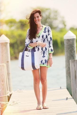 Comment porter: robe de plage imprimée blanc et bleu marine, tongs en cuir beiges, sac fourre-tout en toile blanc et bleu marine, bracelet doré