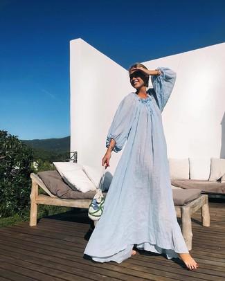 Comment porter: robe de plage bleu clair, pochette de paille blanche, bracelet argenté