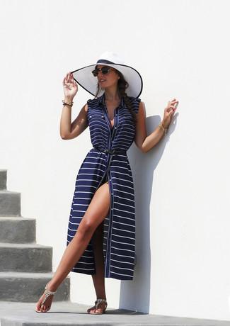 Comment porter: robe de plage à rayures horizontales bleu marine, tongs ornées beiges, chapeau de paille blanc et noir, lunettes de soleil noires