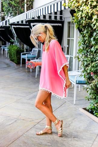 Comment porter: robe de plage fuchsia, sandales spartiates en cuir dorées, lunettes de soleil noires