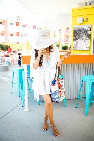 Comment porter: robe de plage blanche, maillot de bain une pièce imprimé vert menthe, tongs en cuir à clous beiges, sac fourre-tout en toile brodé blanc