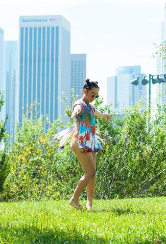Comment porter: robe de plage multicolore, top de bikini rouge, bas de bikini rouge, lunettes de soleil vertes