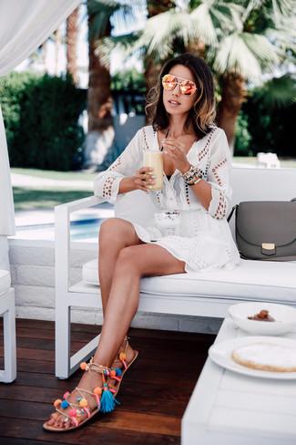 Comment porter: robe de plage en broderie anglaise blanche, top de bikini noir, sandales spartiates en cuir multicolores, lunettes de soleil orange