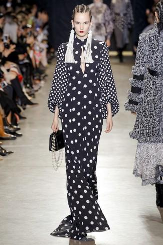 Comment porter: robe de soirée á pois noire et blanche, sac à main en cuir noir, boucles d'oreilles ornées de perles blanches
