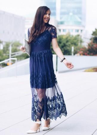 Comment porter: robe de soirée en dentelle bleu marine, escarpins en cuir blancs, pochette en cuir blanche, montre en cuir noire