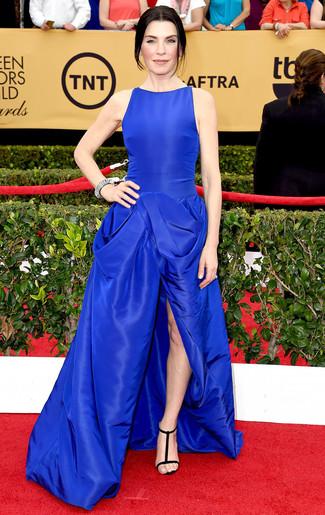 Robe de soiree bleue sandales a talons en daim noires collier argente large 7999