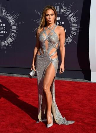 Tenue de Jennifer Lopez: Robe de soirée découpée argentée, Escarpins pailletés ornés argentés, Pochette argentée