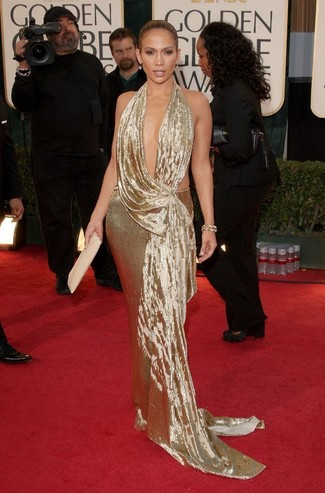 Tenue de Jennifer Lopez: Robe de soirée dorée, Pochette en cuir beige, Bracelet doré