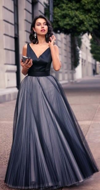 Comment porter: robe de soirée en chiffon plissée noire, boucles d'oreilles argentées