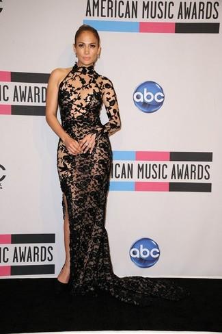 Tenue de Jennifer Lopez: Robe de soirée en dentelle brodée noire, Escarpins en daim noirs
