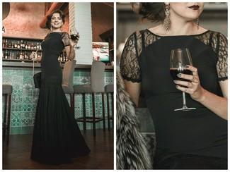 Comment porter: robe de soirée en dentelle noire, top court en dentelle noir, boucles d'oreilles dorées