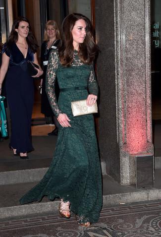 Comment porter: robe de soirée en dentelle vert foncé, sandales à talons en cuir dorées, pochette en cuir dorée