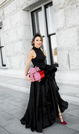 Comment porter: robe de soirée en satin fendue noire, escarpins en daim rouges