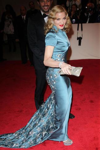 Comment porter: robe de soirée en soie bleu canard, sandales à talons en daim grises, pochette argentée
