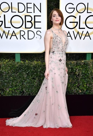 Comment porter: robe de soirée en tulle ornée rose, collier argenté