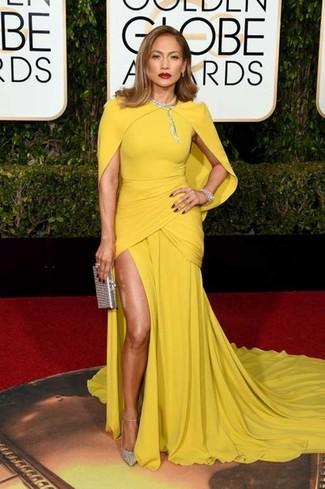 Comment porter: robe de soirée jaune, escarpins pailletés argentés, pochette pailletée argentée, collier transparent