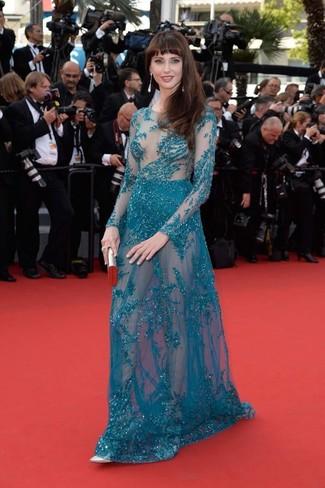 Comment porter: robe de soirée ornée bleu canard, escarpins en cuir argentés, pochette argentée, boucles d'oreilles argentées