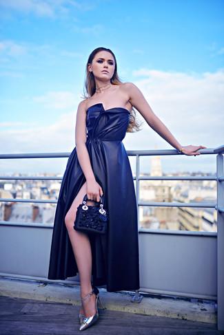 Comment porter: robe de soirée en soie fendue bleu marine, escarpins en cuir argentés, pochette en cuir ornée bleu marine, collier transparent