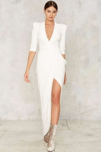 Choisis une robe de soirée fendue blanche pour dégager classe et sophistication. Pourquoi ne pas ajouter une paire de des bottines à lacets en daim argentées à l'ensemble pour une allure plus décontractée?