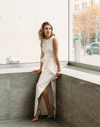 Opte pour une robe de soirée fendue blanche pour un look classique et élégant. Une paire de des escarpins en cuir bruns clairs est une option génial pour complèter cette tenue.