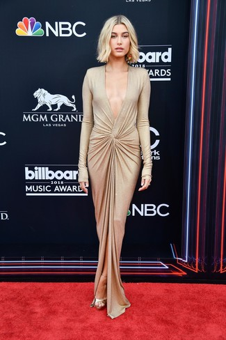 Porte une robe de soirée fendue dorée pour un look pointu et élégant. Cet ensemble est parfait avec une paire de des sandales à talons en cuir dorées.