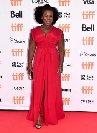 Robe de soiree fendue rouge sandales a talons en daim noires pochette noire et doree large 22637