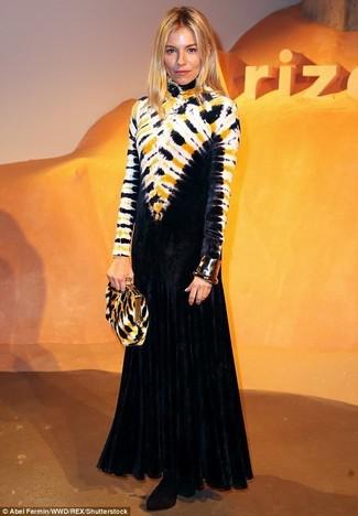 Comment porter: robe de soirée imprimé tie-dye noire, bottines en velours noires