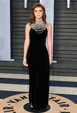Comment porter: robe de soirée en velours ornée noire, escarpins en daim noirs, montre dorée, bracelet doré