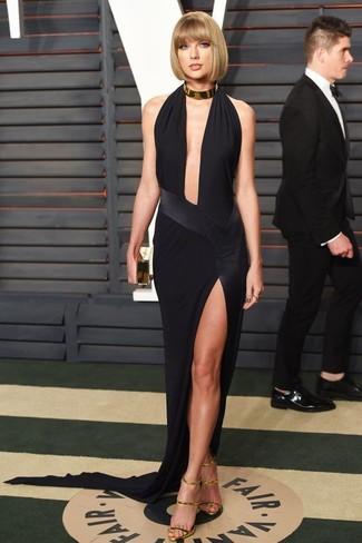 Tenue de Taylor Swift: Robe de soirée fendue noire, Sandales à talons en cuir dorées, Pochette dorée, Collier doré