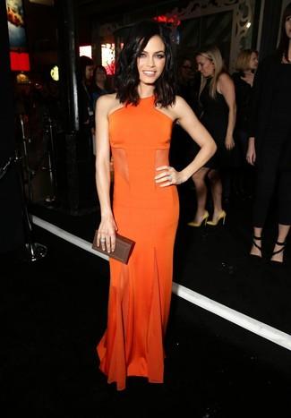 Comment porter: robe de soirée orange, pochette en cuir marron foncé, bague argentée