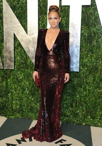 Tenue de Jennifer Lopez: Robe de soirée pailletée bordeaux, Pochette en cuir bordeaux