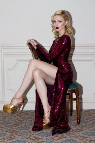 Pense à porter une robe de soirée pailletée bordeaux et tu auras l'air superbe en tout temps et en tous lieux. Une paire de des sandales à talons en cuir dorées est une option astucieux pour complèter cette tenue.