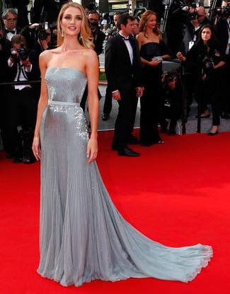 Comment porter: robe de soirée pailletée plissée argentée, boucles d'oreilles transparentes