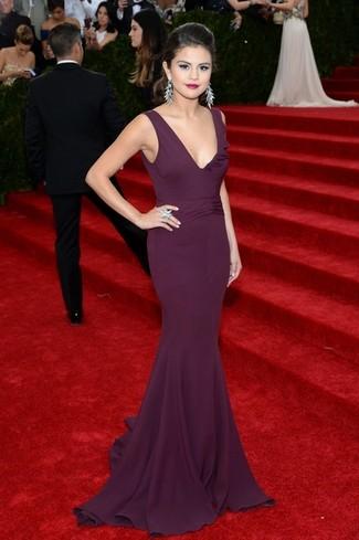Tenue de Selena Gomez: Robe de soirée pourpre foncé, Boucles d'oreilles argentées, Bague argentée