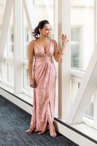 Comment porter: robe de soirée pailletée ornée rose, sandales à talons en cuir beiges, bracelet rose, boucles d'oreilles transparentes