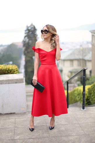 Comment porter: robe de soirée rouge, escarpins en cuir noirs, pochette pailletée noire