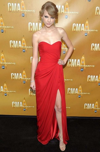 Tenue de Taylor Swift: Robe de soirée rouge, Sandales à talons en cuir beiges, Boucles d'oreilles argentées