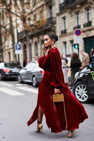 Comment porter: robe de soirée en velours rouge, sandales à talons en daim multicolores, sac bandoulière en cuir marron clair, boucles d'oreilles dorées