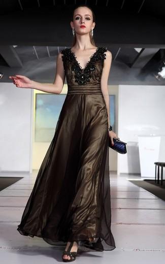 Comment porter: robe de soirée en tulle ornée marron foncé, sandales à talons en daim marron foncé, pochette bleu marine, bracelet argenté