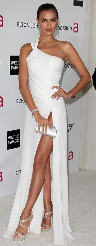 Comment porter: robe de soirée blanche, sandales à talons en cuir argentées, pochette en cuir argentée, bracelet argenté