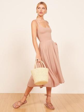 Comment porter: robe débardeur beige, sandales spartiates en daim marron clair, sac fourre-tout de paille beige
