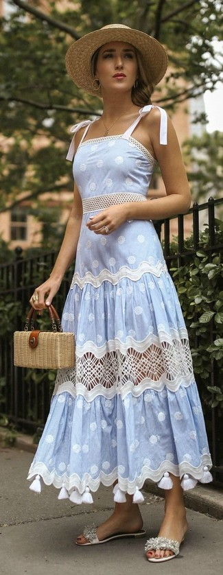 Comment porter une pochette de paille beige: Pense à associer une robe débardeur á pois bleu clair avec une pochette de paille beige pour un look confortable et décontracté. D'une humeur audacieuse? Complète ta tenue avec une paire de des sandales plates en cuir à franges blanches.