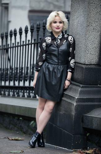 Comment porter: robe débardeur en cuir noire, chemise de ville en chiffon imprimée noire et blanche, bottines en cuir noires
